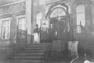 Hugo Krueger auf der Treppe des Gutshauses